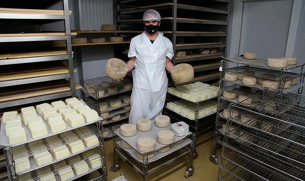 Montealijar fabrica muchos tipos de queso, desde unos que están listos con 15 días de maduración, hasta otros, como los que sostiene Mario en sus manos, que se pasan en la cámara más de un año antes de comercializarse.