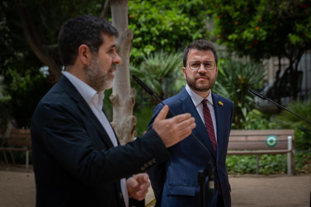 Foto de archivo del secretario general de Junts, Jordi Sànchez (i) y el president de la Generalitat, Pere Aragonès (d)