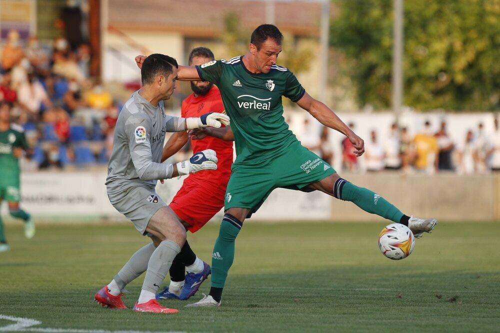 Kike García pelea un balón que permitiría a Ávila marcar el segundo tanto rojillo