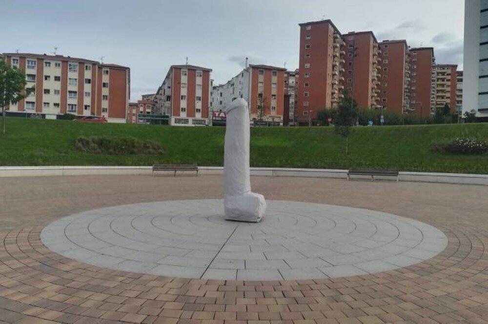 El Ayuntamiento retira una gran escultura fálica en Lezkairu