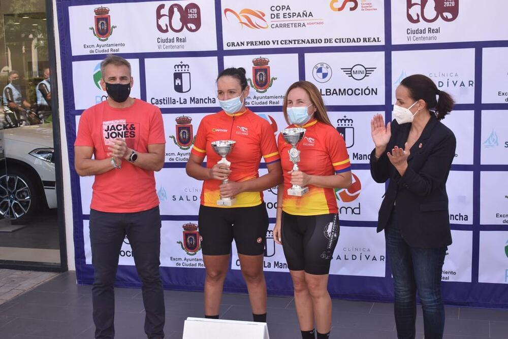 Dos líderes de las clasificaciones femeninas, junto a la alcaldesa y el concejal de Deportes, Antonio Gallego.
