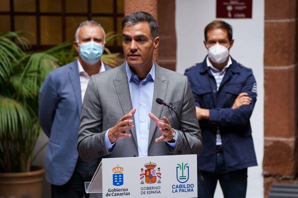 El presidente del Gobierno de España, Pedro Sánchez (c),  flanqueado por los presidentes de Canarias, Ángel Víctor Torres (i), y del Cabildo, Mariano Hernández Zapata (d).