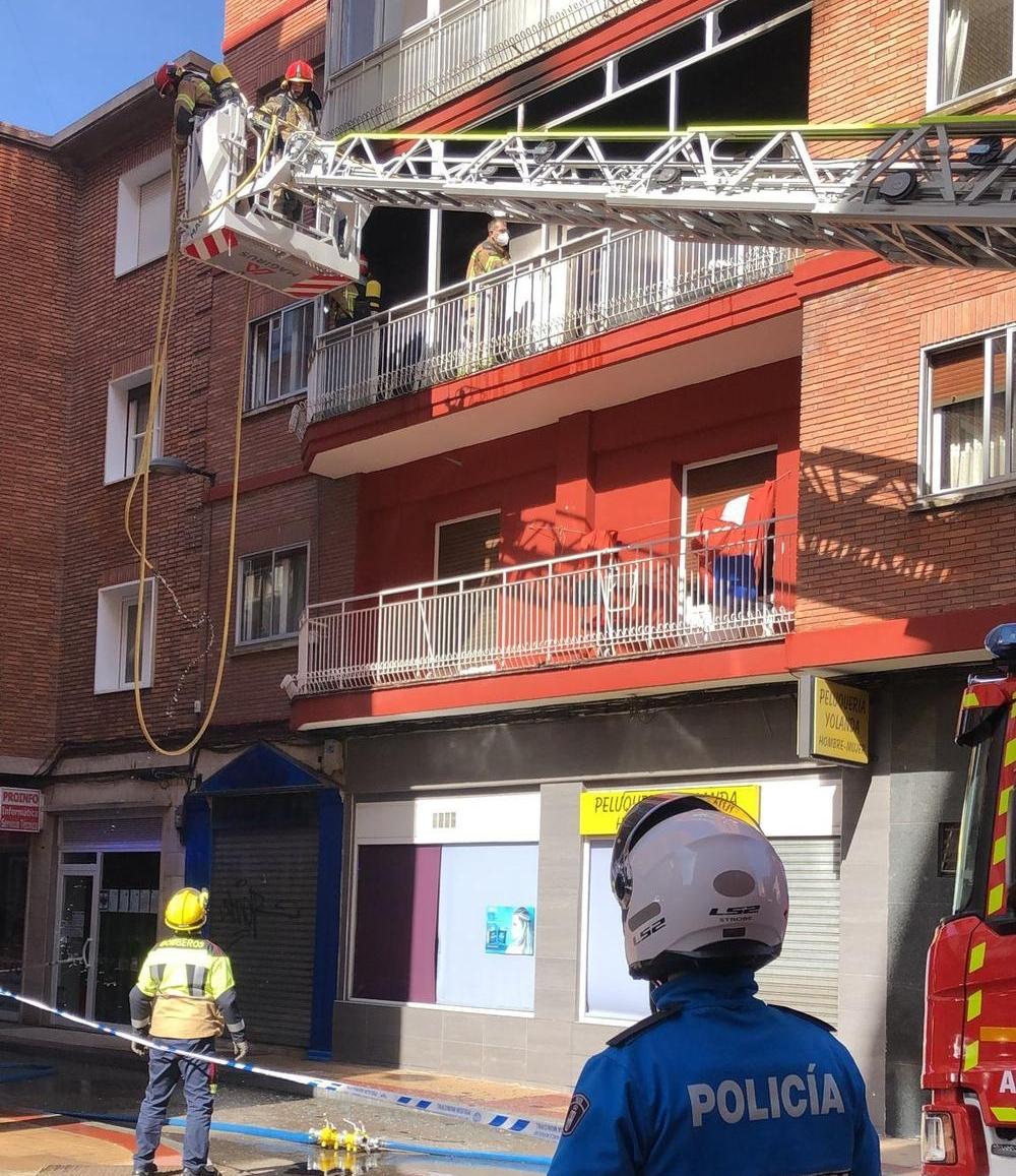 Intoxicadas dos jóvenes en un incendio en la calle Gabilondo