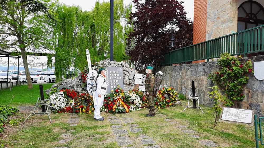 Homenaje en el cuartel de Aizoáin al cabo fallecido