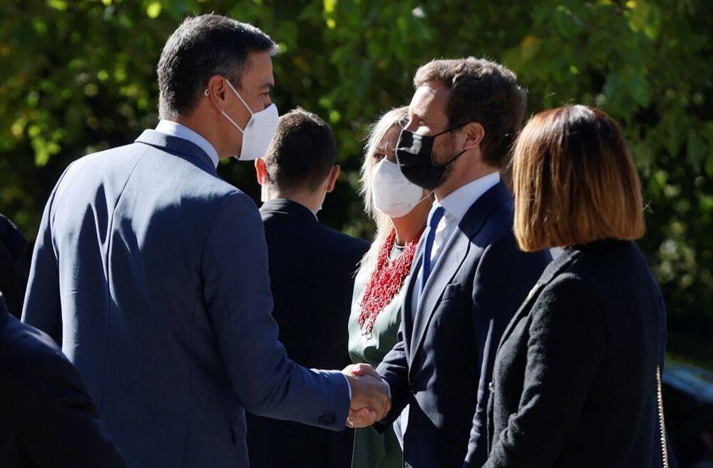 El presidente del Gobierno, Pedro Sánchez (i), saluda al líder del PP, Pablo Casado (d).