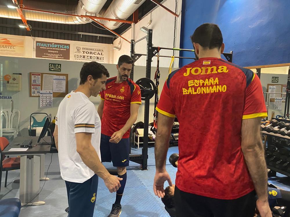 Jesús Rivilla supervisa el trabajo físico de la selección, con Raúl Entrerríos y Rubén Marchán.