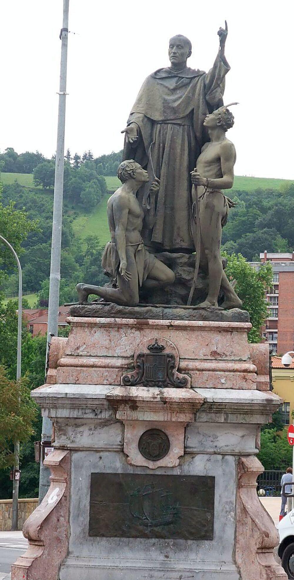 Estatua que conmemora la figura del clérigo, situada en su localidad natal: Ordicia.
