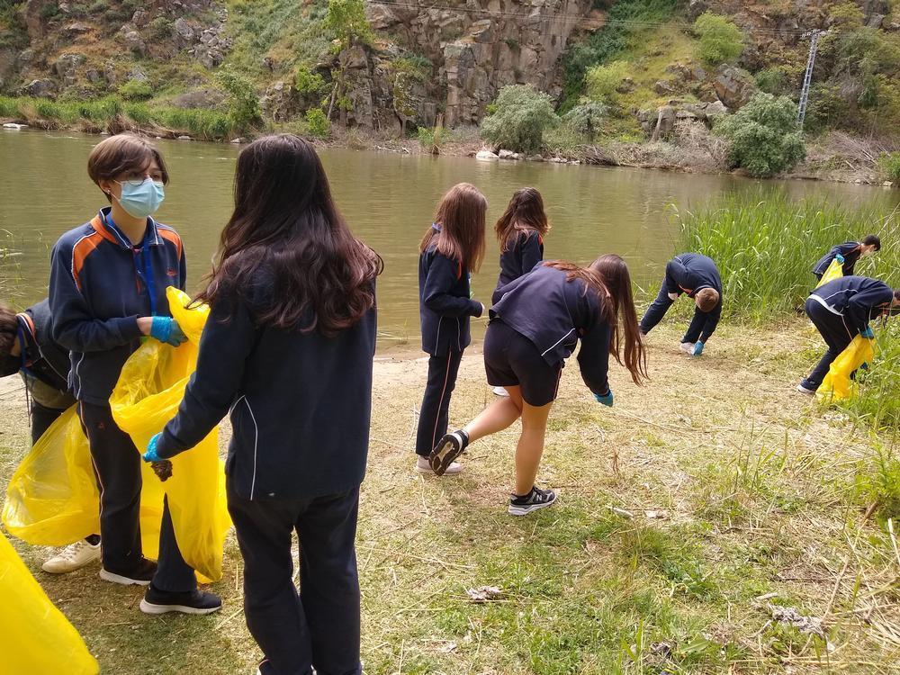 El Divina Pastora ayuda a limpiar el entorno del Tajo