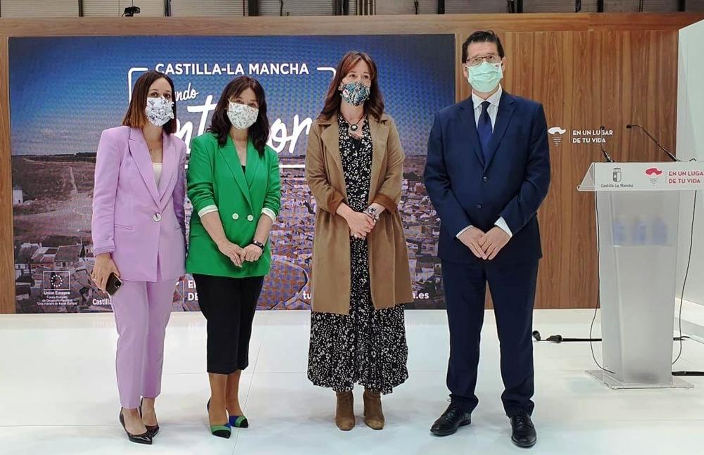 La alcaldesa de Ciudad Real (segunda por la izquierda), con José Manuel Caballero (a la derecha) y otros representantes institucionales.