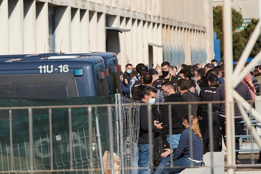 La vacunación a Policía y Guardia Civil arranca con críticas