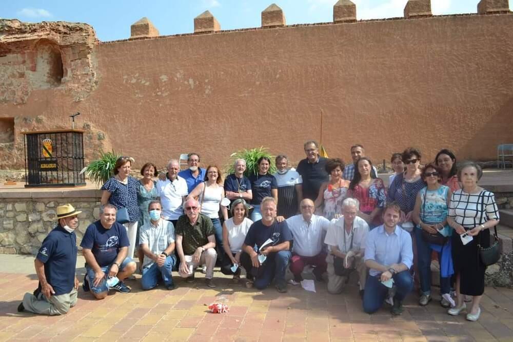 Foto de familia con algunos de los asistentes y representantes de asociaciones