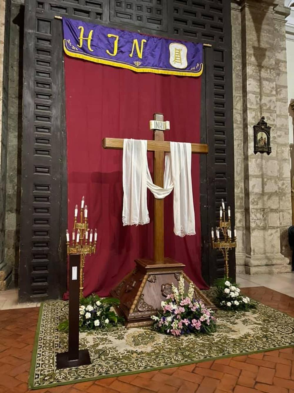 Altar con la antigua Cruz Desnuda de la Hermandad de Jesús Nazareno, en la iglesia de la Asunción.