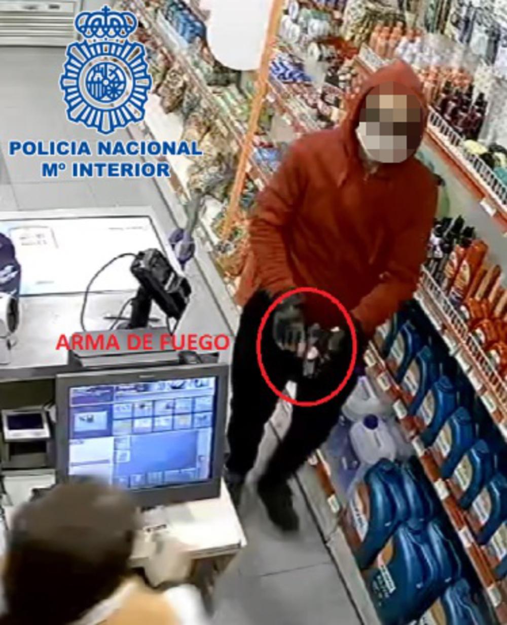 Imagen del acusado grabada por las cámaras en el momento en que entró pistola en mano para perpetrar el atraco en la gasolinera