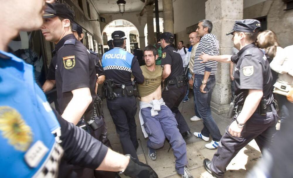 Durante la toma de posesión de Javier Lacalle como alcalde de la ciudad se produjeron altercados que acabaron con detenidos