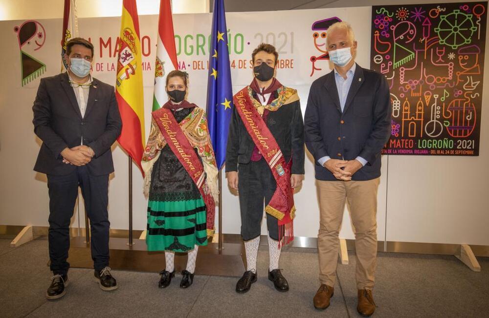 En la imagen, los vendimiadores de 2021, Andrea y Abel, junto al alcalde de Logroño (derecha) y el concejal de Festejos.