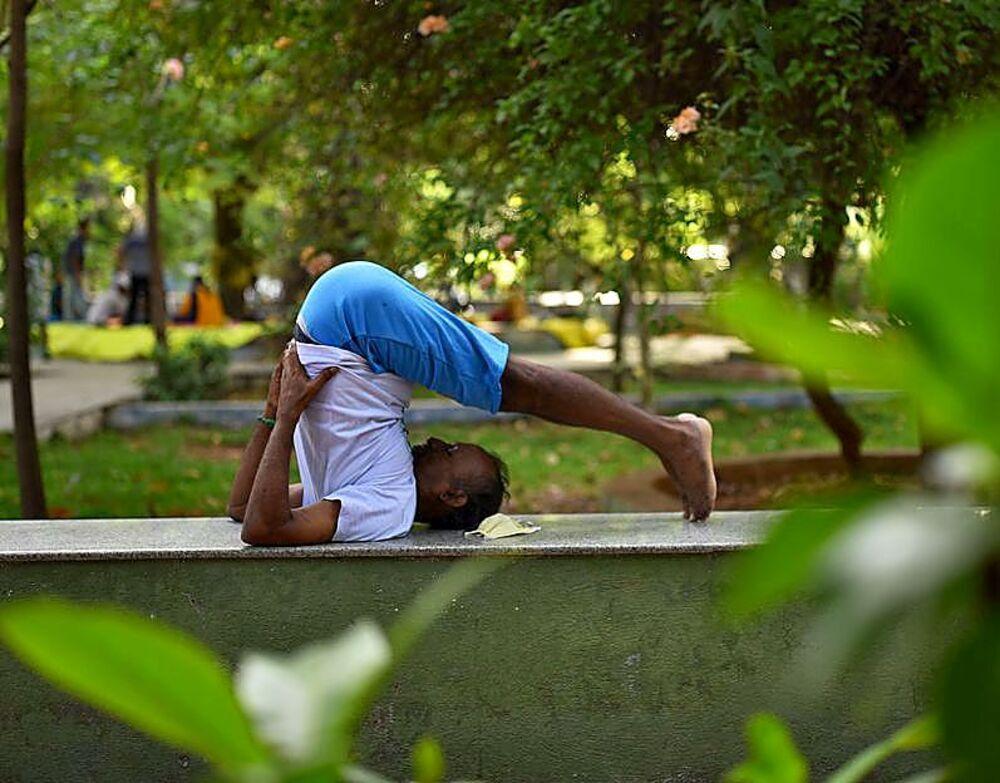 Un hombre, en un parque de Chennai.