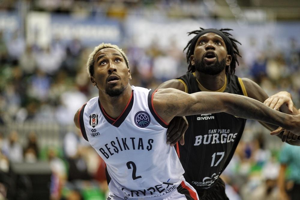 Braimoh (d.) y Hollis-Jefferson pelean por un balón.