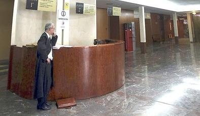 Un abogado en el vestíbulo de los Juzgados de Valladolid.