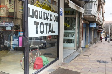 Escaparate con un cartel de liquidación total