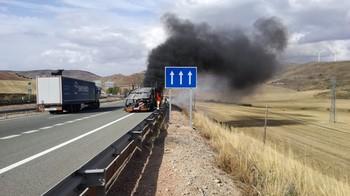 Arde un camión en la A-2 en Medinaceli