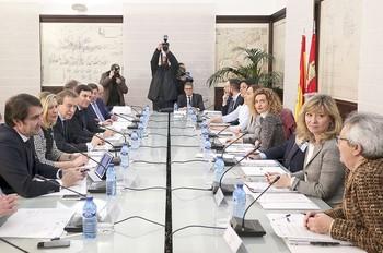La delegación de la Junta (izquierda) con el vicepresidente y cuatro consejeros recibió a los representantes del Gobierno, con Meritxell Batet a la cabeza