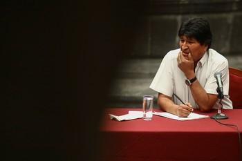 Un opositor denuncia por terrorismo a Evo Morales