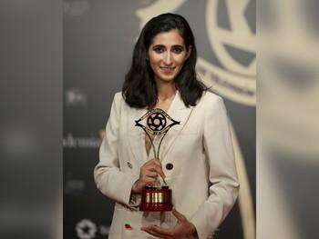 Alba González Flores, 'Nairobi' en 'La Casa de Papel', posa junto a su Premio Iris a Mejor actriz