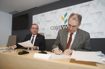 Ramón Sobremonte (Cajaviva Caja Rural) y Miguel Ángel Benavente (FAE) han renovado hoy el convenio de colaboración entre ambas entidades.