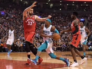 Gasol (i), de los Toronto Raptors, trata de obstaculizar a Devonte Graham, de los Charlotte Hornets