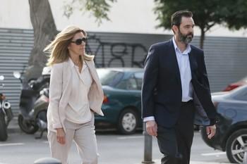 Miguel López, presunto autor de la muerte de la viuda del expresidente de la extinta CAM, llega a  los juzgados de Alicante junto a su hermana