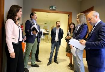 Carlota Amigo (i), Raúl de la Hoz (2i), Luis Tudanca (c) y Pablo Fernández(2d), portavoces de Cs, PP, PSOE y Podemos, junto a otros parlamentarios en las Cortes.