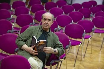 Paco Rojas presentó su última publicación en la Biblioteca regional.