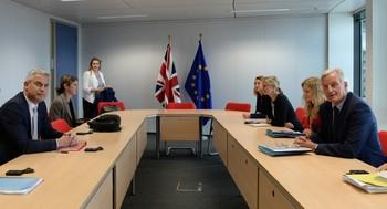 Stephen Barclay (i) durante una reunión con Michel Barnier (d)