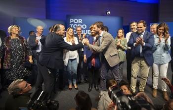 Muchos del los dirigentes del PP regional se subieron al escenario a arropar a Pablo Casado y a la exministra Fátima Báñez.