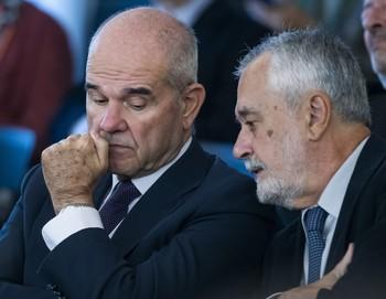 Los expresidentes Manuel Chaves (i) y José Antonio Griñán conversan durante una sesión del juicio.