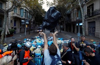 Miles de personas lanzan 'basura' a la Policía en Barcelona