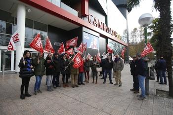 Concentración de trabajadores y representantes sindicales a las puertas del Centro Comercial Camino de la Plata, donde se ubica la sede de la FEC en la que se ha celebrado la última reunión entre las partes.