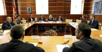 La consejera de Sanidad,Verónica Casado(c), preside la reunión con los grupos parlamentarios para reformar el sistema de AtenciónPrimaria de la Comunidad.