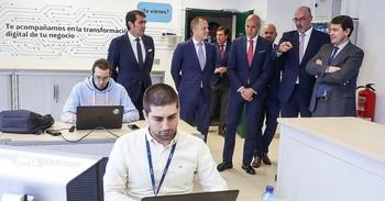 El presidente de la Junta, Alfonso Fernández Mañueco (d), y el de Telefónica, Emilio Gayo (2d), entre otros, asisten al acto de presentación del Centro de Ciberseguridad.