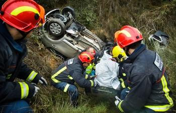 El conductor de un turismo falleció a primera hora de esta tarde como consecuencia de un accidente de tráfico registrado en el kilómetro 11 de la carretera SA-200, dentro del término de Campillo de Azaba (Salamanca).