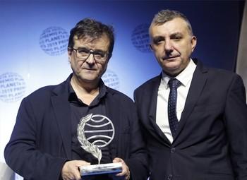 Javier Cercas (i) junto a Manuel Vilas (d)