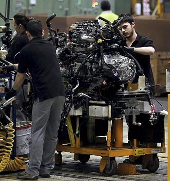 Varias personas trabajan en una empresa de automoción.