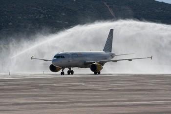 Un 737 inaugura el aeropuerto en la medianoche del miércoles.