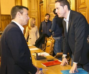 Lozano (d), negoció con Ciudadanos, cuyo portavoz es Juan Pablo Izquierdo (i) y los ediles de Ganemos (al fondo).