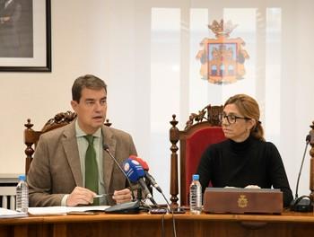 El consejero de la Presidencia, Ángel Ibáñez, presenta el XVI Congreso del Juego de Castilla y León en Aranda de Duero, junto a la alcaldesa, Raquel González.