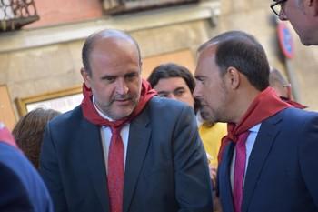 Guijarro escucha al presidente de las Cortes regionales, Pablo Bellido, durante un acto de las fiestas de San Mateo en Cuenca.