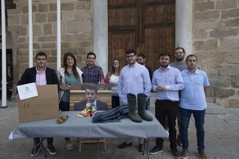 Los jóvenes del PP enviaron una caja al presidente con un kit de lluvia para ayudar a los afectados.