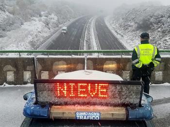 La nieve dificulta el tráfico en 95 carreteras
