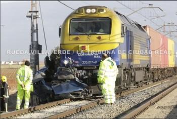 Dos muertos al arrollar un tren a una furgoneta en Ciudad Real