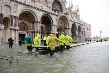 El 'agua alta' no da tregua a Venecia y alcanza los 154 cm